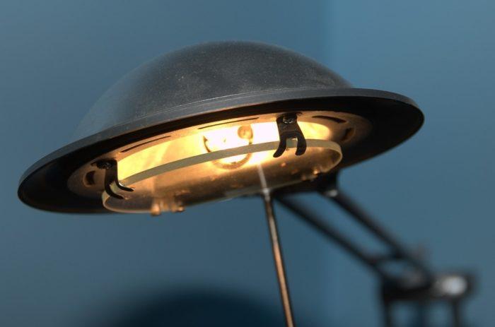 Jak wybrać najlepszą lampkę na biurko?